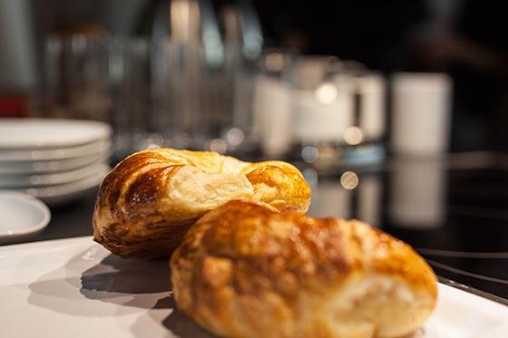 Kaffee und Croissants in der Küche