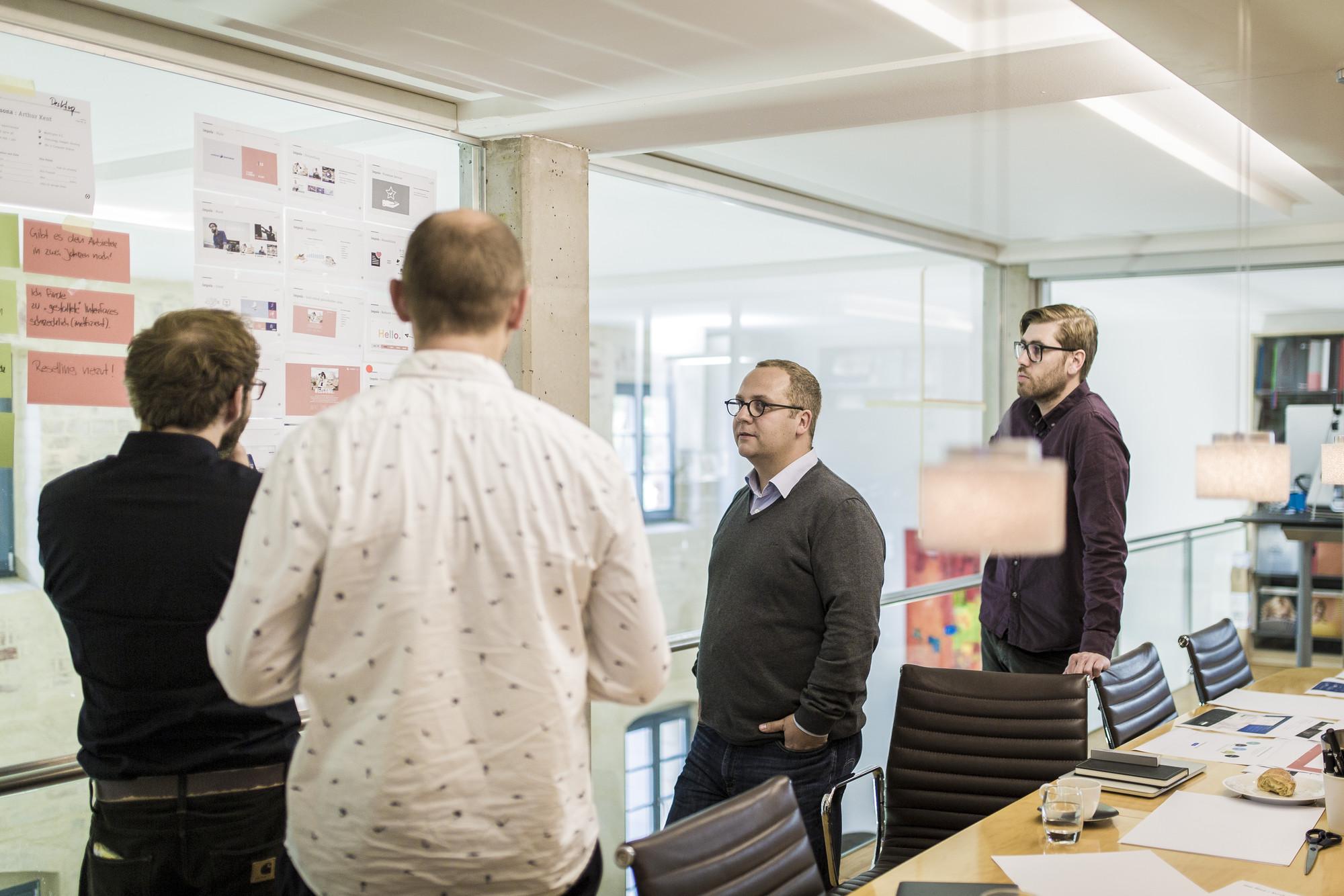 Die Workshop-Teilnehmer diskutieren die kurz vorher vorgestellten Impulse und Ideen.