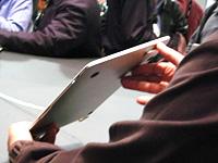 Das MacBook Air ist an der dicksten Stelle gerade einmal so hoch wie ein Zeigefinger